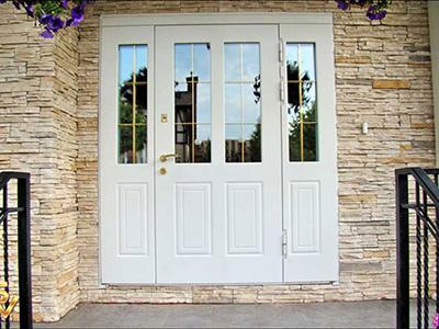 Во входных дверях терморазрыв может быть выполнен в зоне дверной.